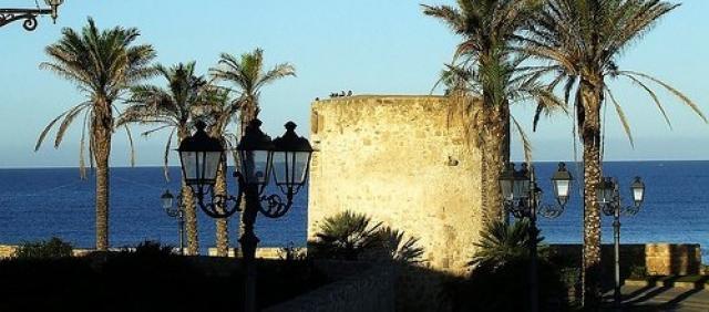 Alghero bastione con palme sul mare