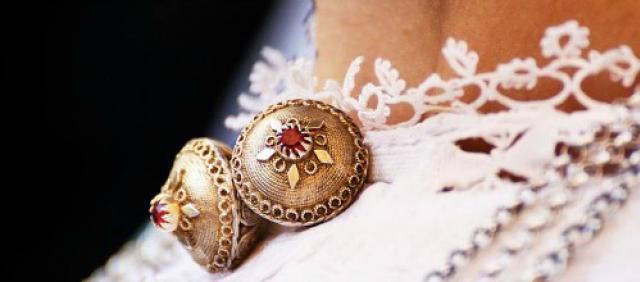 Gioielli sul costume tradizionale sardo
