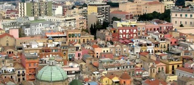 Cagliari panorama con cupola e casette colorate