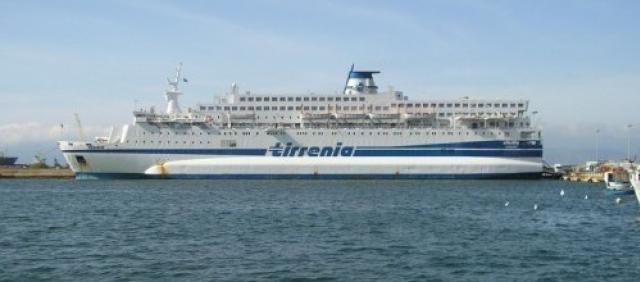 Traghetto Tirrenia nel porto di Cagliari