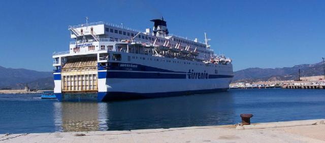 Nave Tirrenia nel porto di Arbatax