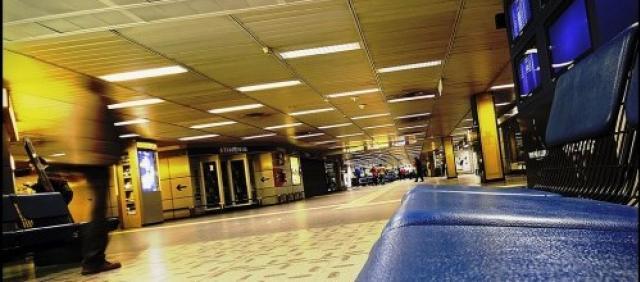 Interno aeroporto di Milano Linate, dettaglio di un corridoio