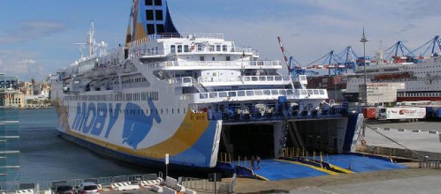 Traghetto Moby al porto di Genova - Rotta Genova - Olbia