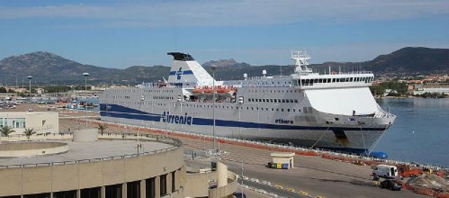 Nave al porto di Olbia