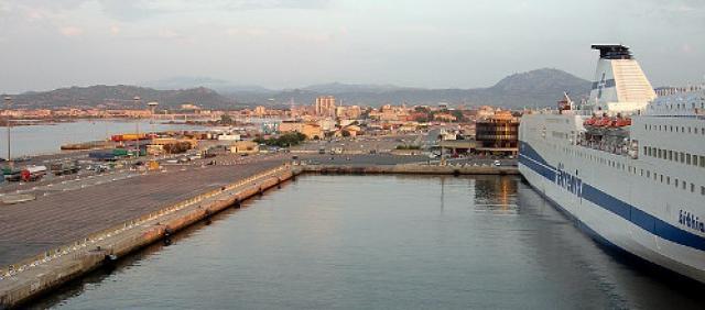 Nave della Tirrenia ferma al Porto di Olbia