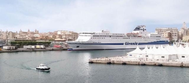 Nave Tirrenia al porto