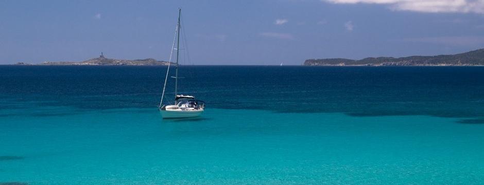Barchetta a velo nel mare della Sardegna